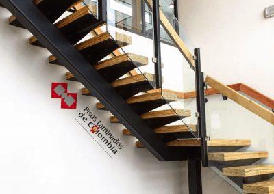 4 escaleras en madera maciza y metal.4